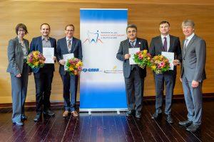 Dr. Marianne Gräfin v. Schmettow (CP GABA) berreichte zusammen mit Prof. Dr. Dietmar Oesterreich (BZÄK, rechts) den Präventionspreis an die Gewinner: Dr. Gerhard Schmalz und Prof. Dr. Dirk Ziebolz (2. Platz), Prof. Dr. Hüsamettin Günay (1. Platz) und Dr. Boris Jablonski (3. Platz) (v.l.).