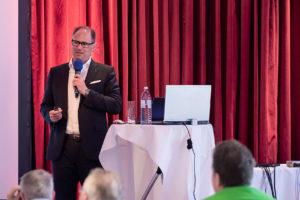Prof. Dr. Daniel Grubeanu, Präsident der DGOI, begrüßte mehr als 110 Teilnehmer beim 14. Wintersymposium der DGOI in Zürs – damit war die Veranstaltung komplett ausgebucht.