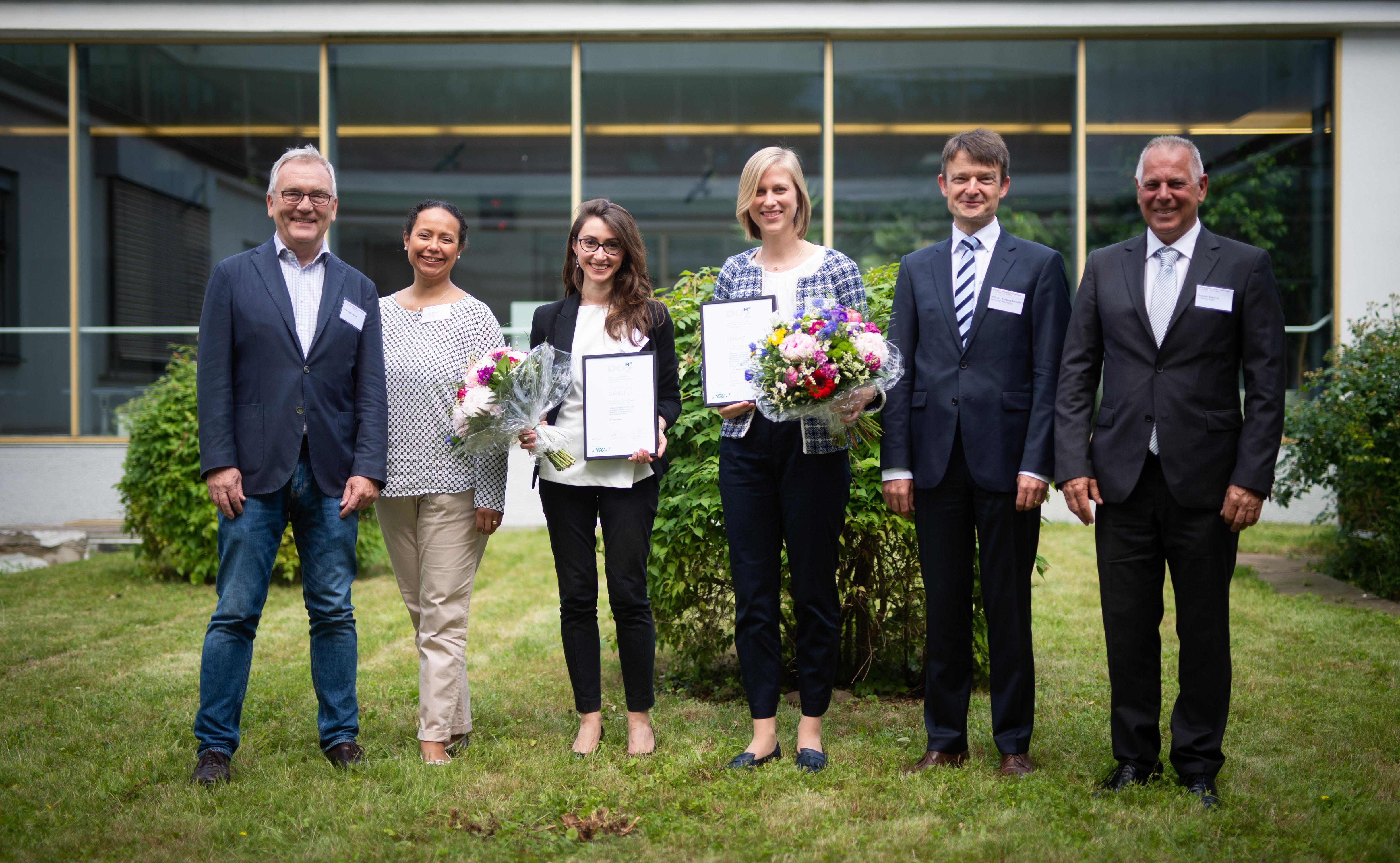 Von links nach rechts: Ulf Krueger-Janson, Vize-Präsident der DGR²Z, Prof. Dr. Michelle A. Ommerborn, Generalsekretärin der DGR²Z, Dr. Iris Frasheri/Universität München, Empfängerin Forschungsförderung aus dem DGR²Z-GC-Grant, Dr. Britta Hahn/Universität Würzburg, Empfängerin Forschungsförderung aus dem DGR²Z-GC-Grant, Prof. Dr. Wolfgang Buchalla, Präsident der DGR²Z, Christian Kasperek, GC.