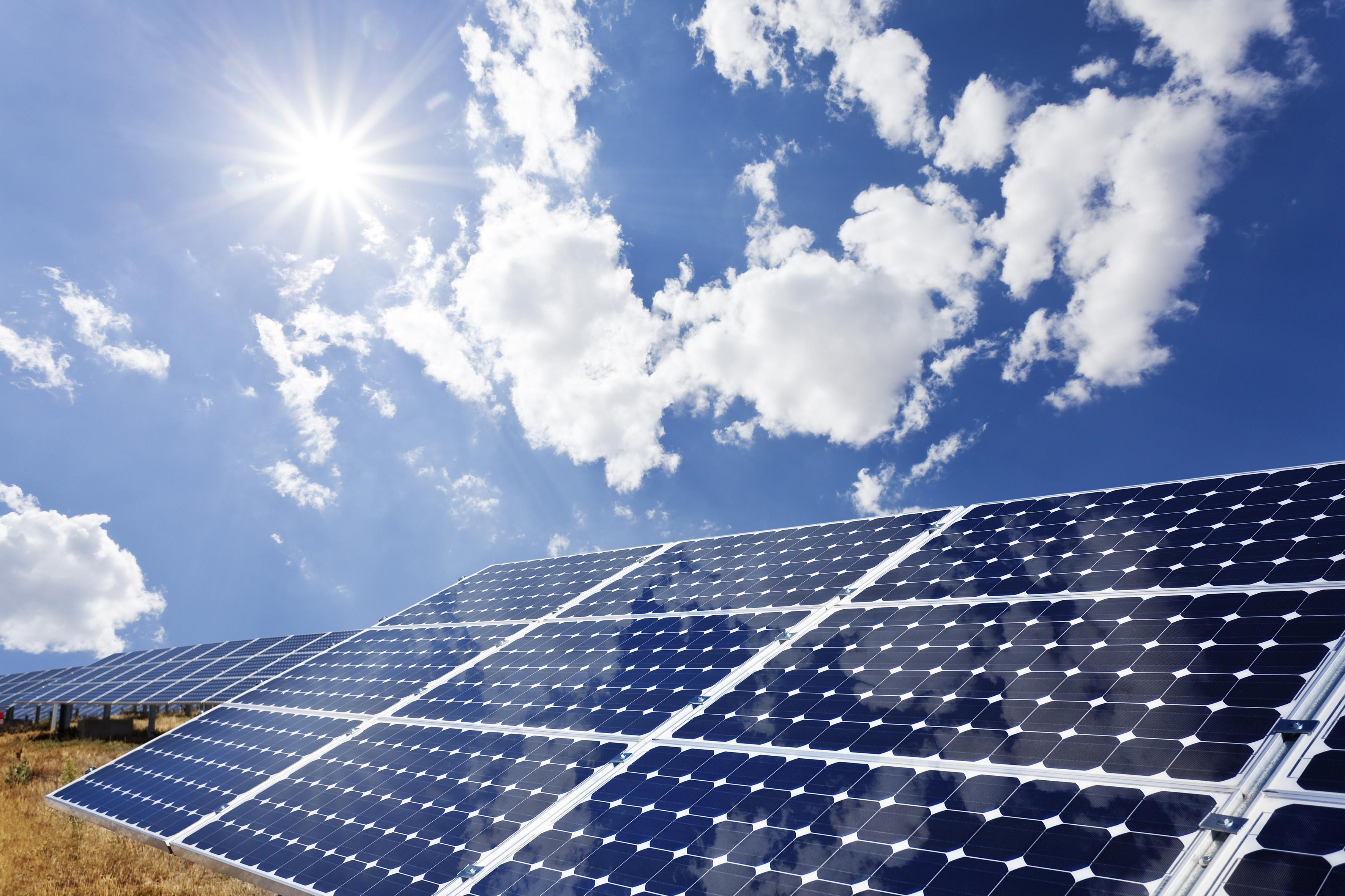 Zu den neuesten Entwicklungen des Multitechnologiekonzerns zählt eine Flüssigkeit zur nachträglichen Entspiegelung von Glasflächen, die den Lichteinfall in Gewächshäuser und Solaranlagen steigert und so die Erträge deutlich erhöht.