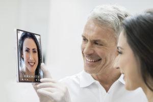 Die neue dentale Software-App IvoSmile vereinfacht Gespräche mit den Patienten. (Foto: IvoSmile)