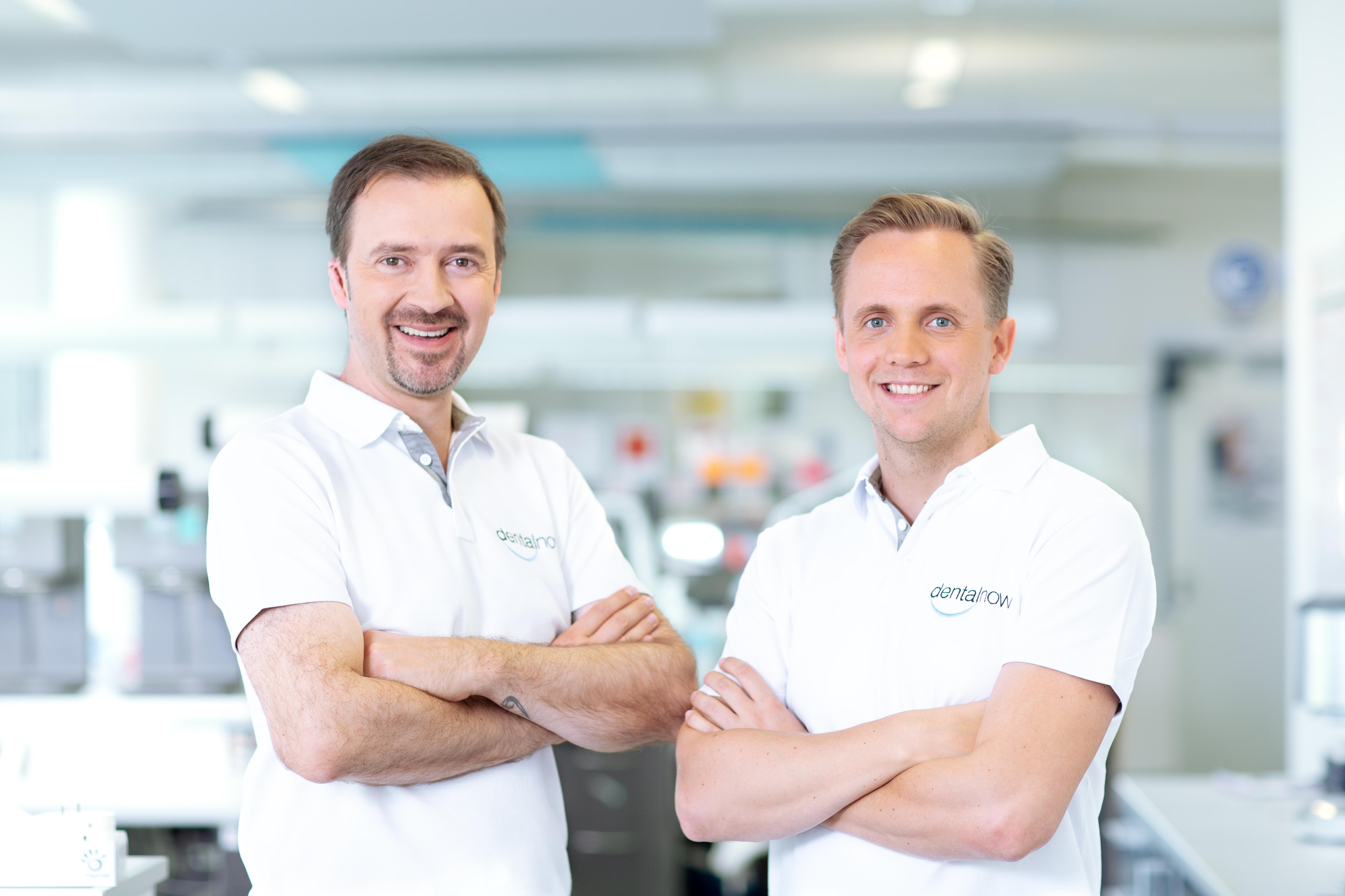 Gründer und Geschäftsführende Gesellschafter der dentalnow GmbH: Zahntechniker Emilian Bogdan (links) und Zahntechnikermeister Andreas Berger