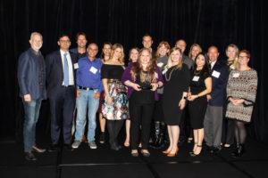 Das SureSmile Education Team unter der Leitung von Amanda Ballard (sechste von links) bei der AXIS-ATDPreisverleihung in Dallas, Texas.