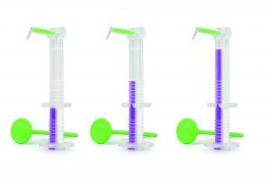 Für das Umspritzen von 1 bis 2, 2 bis 3 und 3 bis 4 präparierten Zähnen vorbereitete 3M Intra-oral Syringe Einwegspritze für A-Silikone. Für die Darstellung der optimalen Füllmenge wurde 3M Imprint 4 Super Quick Light VPS Abformmaterial verwendet.