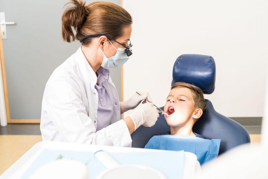 Auch Milchzähne müssen geschützt werden. Mit dem Durchbruch des ersten Milchzahns sollten Babys und Kleinkinder regelmäßig einen Zahnarzt besuchen.