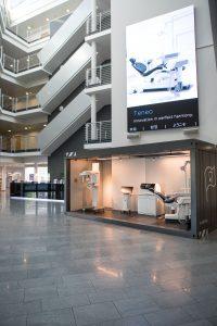 Im Eingangsbereich der Dentsply Sirona Academy erwartet die Besucher ein zum Showroom umgebauter Frachtcontainer.