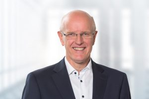 Michael Geil, Group Vice President Equipment und Instruments bei Dentsply Sirona, sieht in der Auszeichnung eine Bestätigung des Ziels, möglichst alle Bedürfnisse von Zahnärzten und Zahntechnikern zu erfüllen und die Patientenerfahrung kontinuierlich zu verbessern.