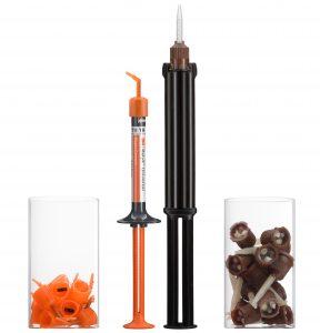 Größe der 3M RelyX Universal Automix-Spritze mit 3M RelyX Universal Mikro-Mischkanüle im Vergleich zu einer herkömmlichen Automix-Spritze mit Mischkanüle und Vergleich der Menge an Plastikabfall.