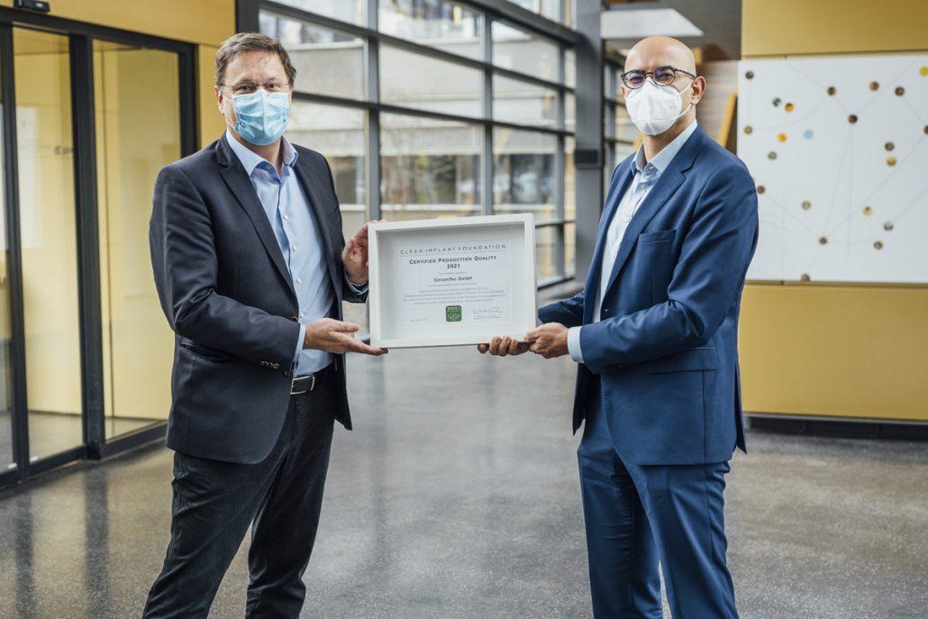 Dr. Dirk Duddeck, CleanImplant Foundation, überreicht das Zertifikat an Dr. Hadi Saleh, CEO der CeramTec-Gruppe.