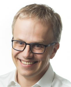 Dr. Josef Kunkela zeigt sich beeindruckt von der Prozessgeschwindigkeit und der Genauigkeit der Restaurationen.