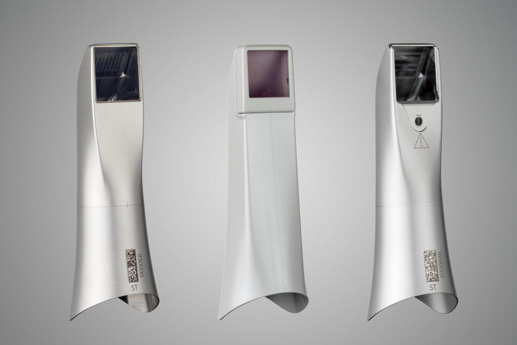 Drei verschiedene Hülsen zur Auswahl für alle Hygieneanforderungen, um sichere Intraoralscans zu gewährleisten (von links): Edelstahl-Hülse, Einweg-Hülse und die neue autoklavierbare Hülse aus Edelstahl mit Einweg-Fenster.