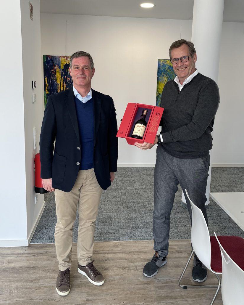 """Links: Martin Hesselmann, Geschäftsführer Rechts: ZTM Ingo Scholten, Leiter Produkt- & Projektmanagement. Als Geschenk bekam er eine Flasche """"30 Jahre Single Malt Scotch Whisky von Glenfarclas""""."""