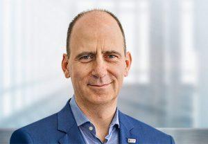 """Niels Plate, Group Vice President, Digital Devices & Solutions bei Dentsply Sirona: """"Dieser Preis bestätigt unser Ziel, unseren Kunden Lösungen anzubieten, die für hohe klinische Sicherheit und effiziente Behandlungen stehen."""""""