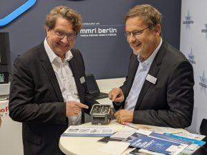 Zufriedene Aussteller und REM-Experten: Carsten Pape (Thermo Fisher Scientific)  und Dr. Dirk Duddeck (CleanImplant Foundation)